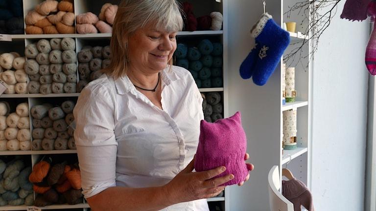 Ulrika Dahlin i garnaffären med en rosa pussyhat