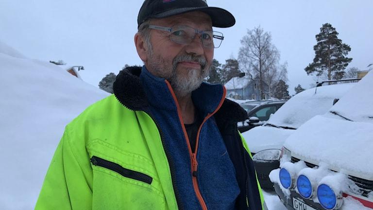 Bertil Edlund skottar upp isbana i Nordmaling för A-traktorer att sladda på