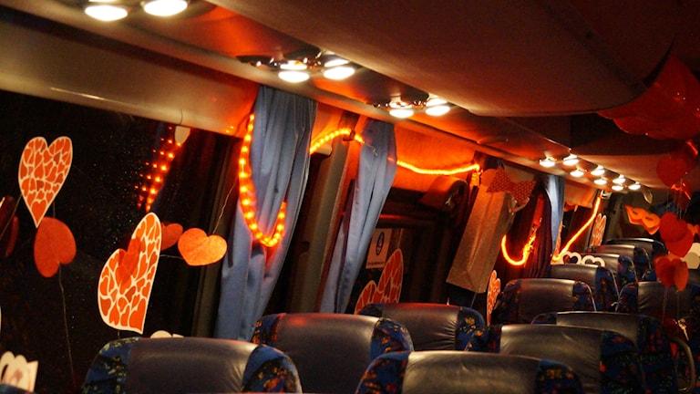 Inne i kärleksbussen.