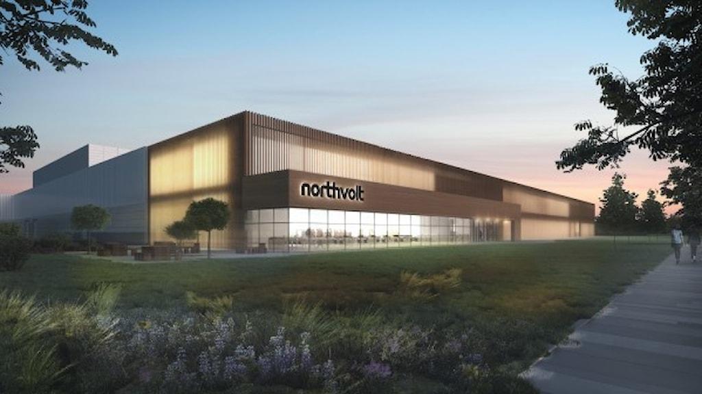 Skiss över brun fabriksbyggnad med stora glaspartier och företaget Northvolts namn på fasaden.