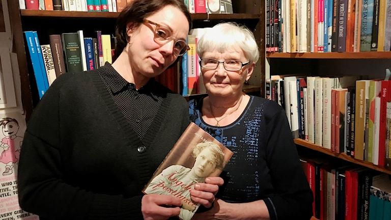Anita Salomonsson och länsbibliotekarie Jenny Lindmark.