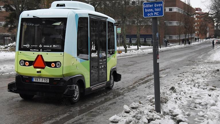en självkörande buss på en gata i kista