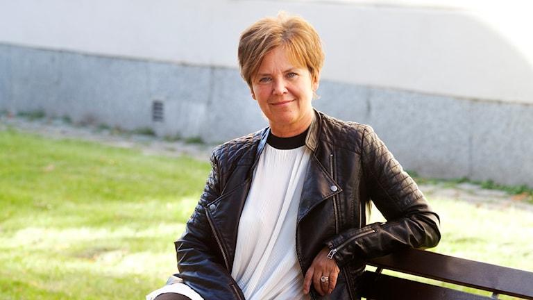 Susanne Aidanpää sitter på en parkbänk
