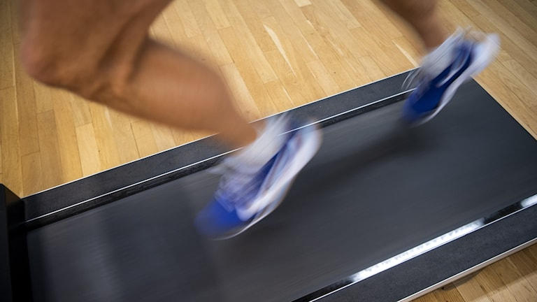 En löpare springer på ett löpband.