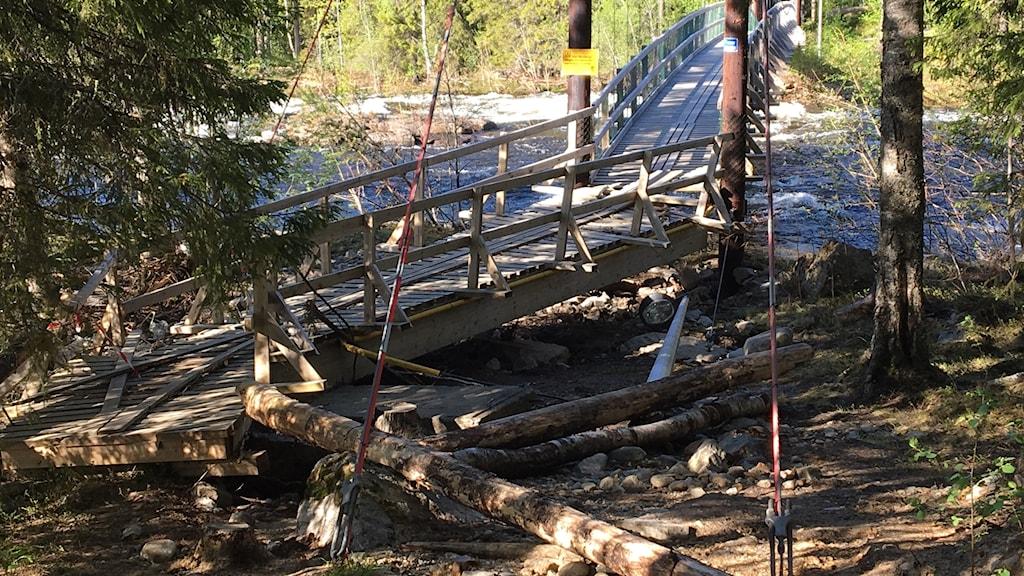 En av hängbroarna vid Renforsen har gått sönder