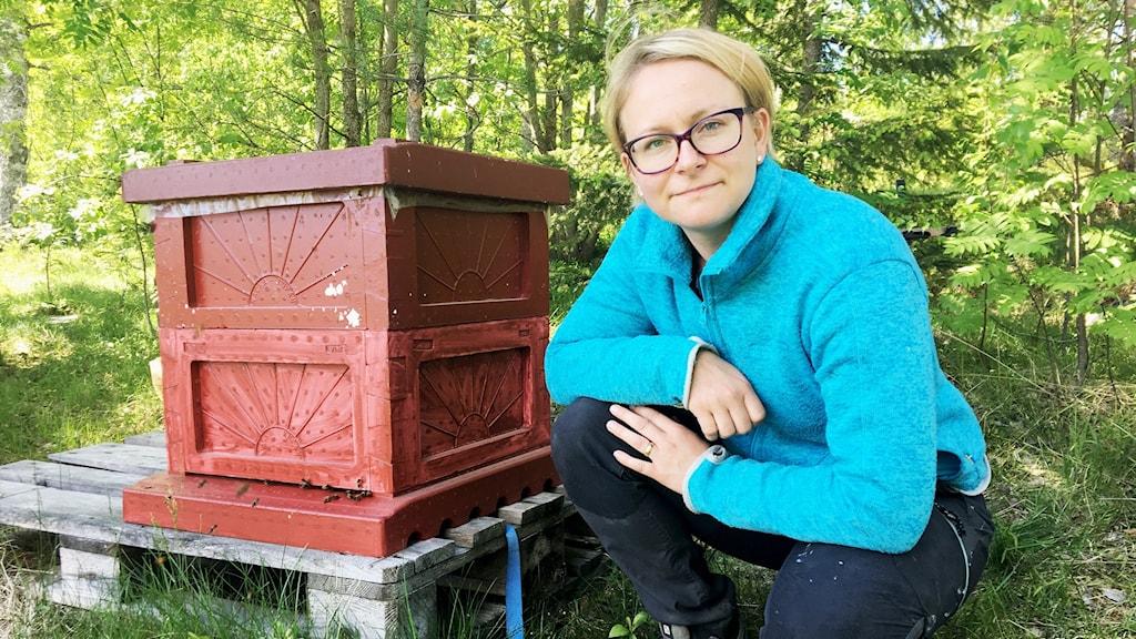 Biodlaren Sonja Nilsson i Morbyn, utanför Bullmark framför en bikupa