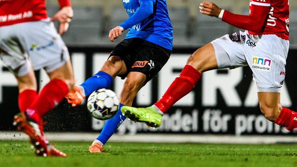 Fotbollsspelare kämpar om bollen