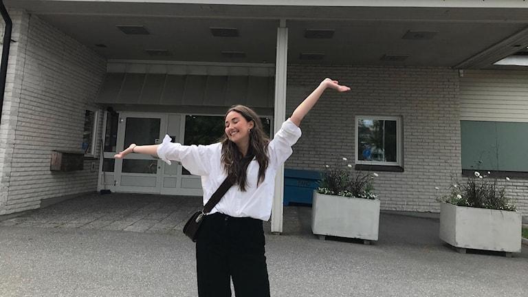 Julia Pohjanen glad över antagningsbeskedet utanför Radiohuset i Umeå