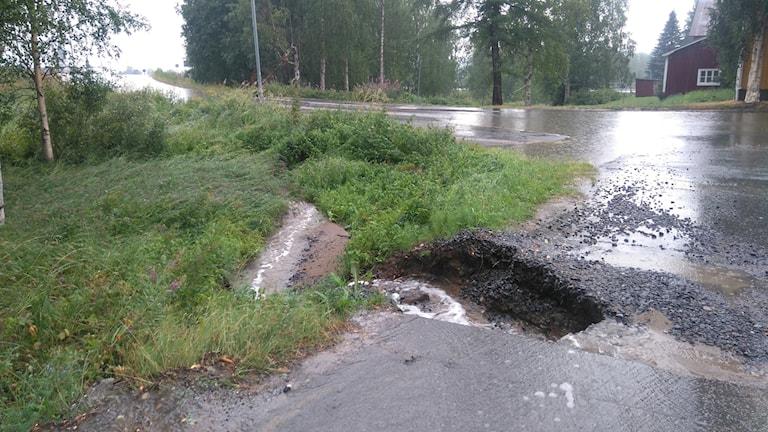Ett större hål uppstod i centrala Vindeln efter måndagens rejäla regn.