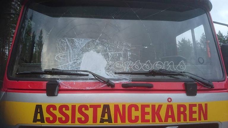 Assistancekårbil med krossad ruta