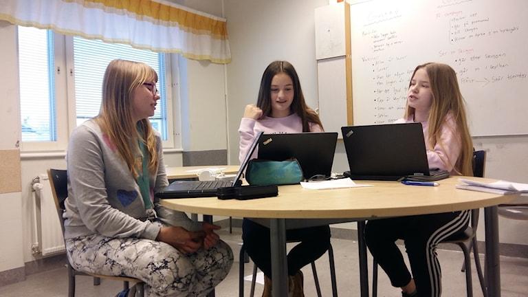 Vendela Eriksson, Wilma Wiberg och Tyra Johansson går alla i klass 7 C på Grubbeskolan i Umeå.