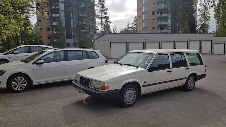 Volvo 945:a på parkeringen utanför radiohuset i Umeå.