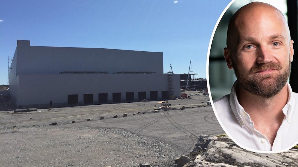 En rad lyftkranar jobbar med att klä in ett stort stålskelett som syns långt bort i bilden bortom en enorm grå fabriksbyggnad som utifrån börjar se klar ut. Och Jesper Wigardt, kommunikationschef på Northvolt.