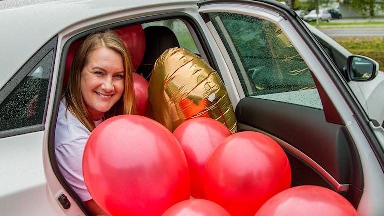 Anna Benker, chefredaktör på Folkbladet, sitter i en bil full av ballonger.