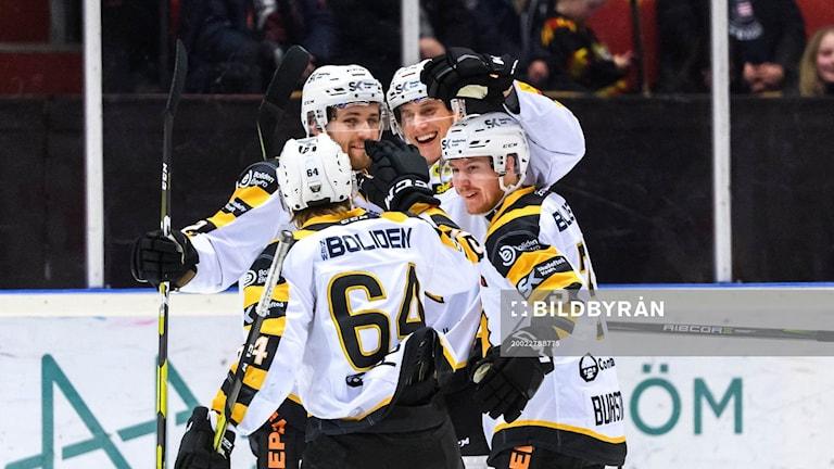 Skellefteås Robin Alvarez jublar med lagkamrater efter 3-5 under ishockeymatchen i SHL mellan Brynäs och Skellefteå