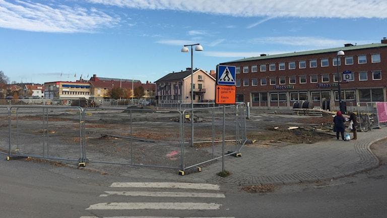 Stort öppet kvarter, till största del asfalterat, i centrala Skellefteå avstängt med byggstaket väntar på att bli bebyggt av Skellefteås Kulturhus.