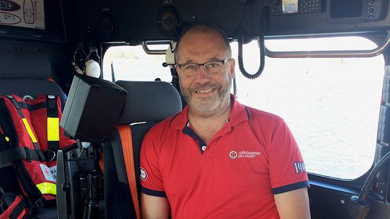 Örjan Owesson inuti sjöräddningssällskapets räddningsbåt i Holmsund
