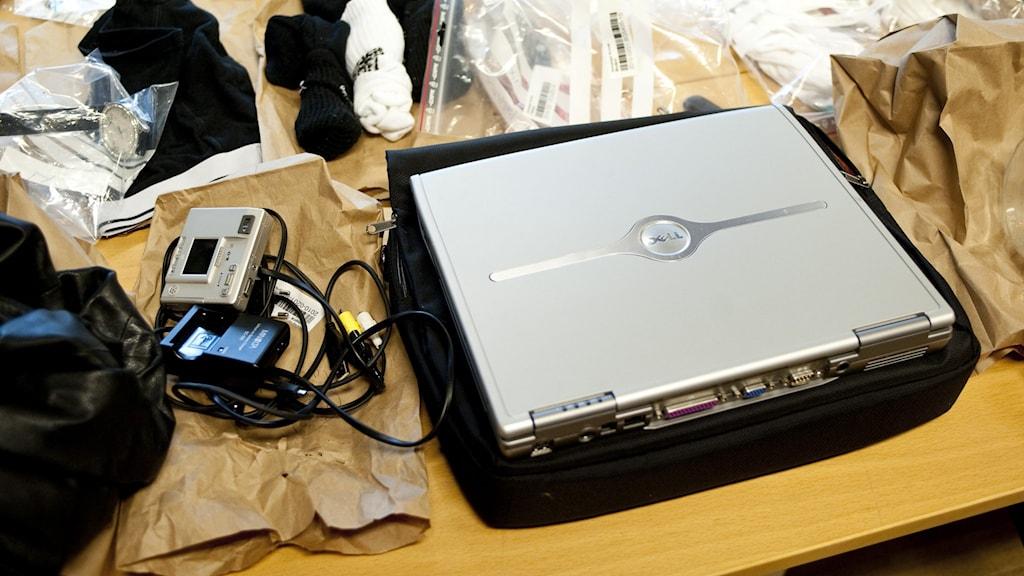 En kamera, en video och andra saker som tagits i beslag som stöldgods.