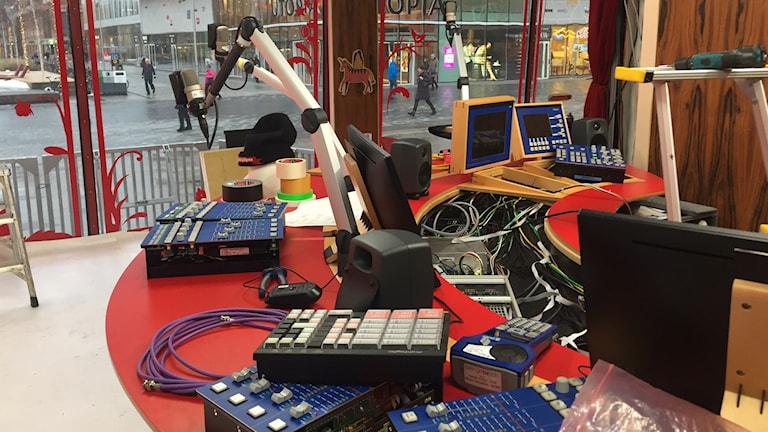 Sändningsbordet där programledarna intervjuar gästerna