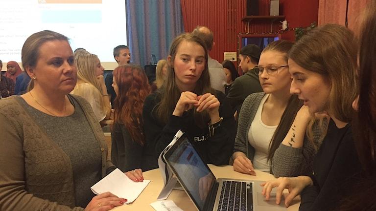 Veronika Håkansson talar med elever