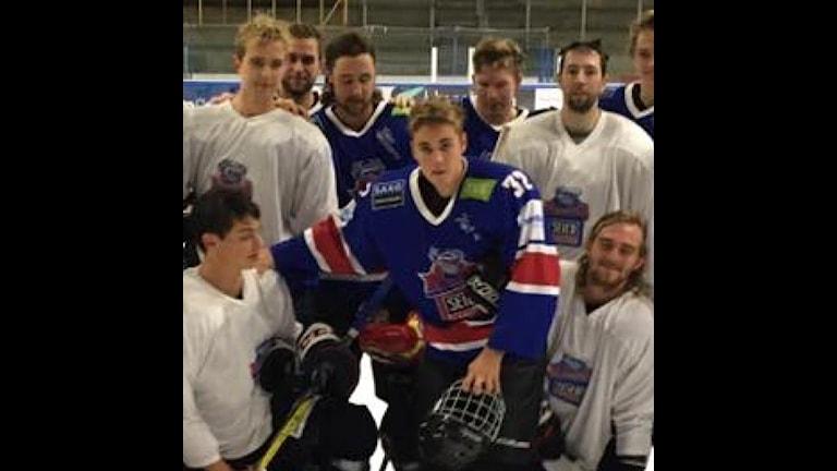 Justin Bieber med spelare i Rungsted. Foto: Jon Palmebjörk/instagram
