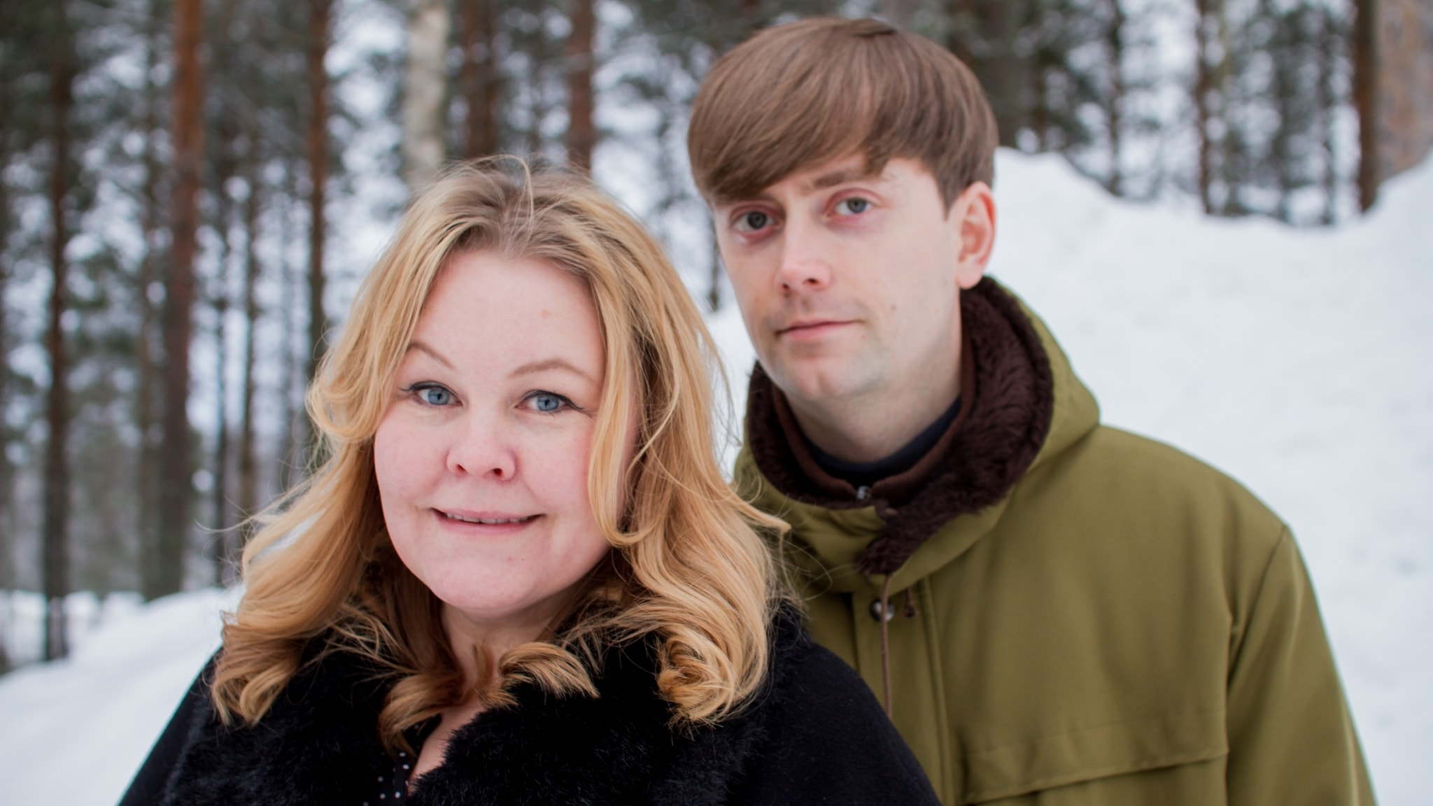 Erica Dahlgren och Olov Antonsson utomhus med snö och träd i bakgrunden