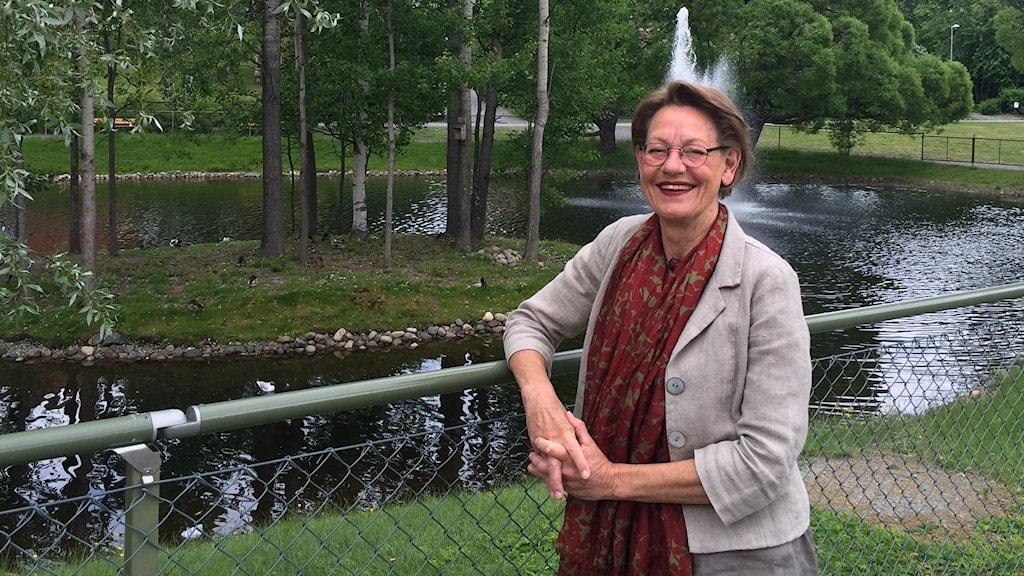 Gudrun Schyman vid svandammen i Skellefteå