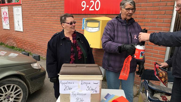 Gunnel Gran och Agneta Alm samlar in pengar till Världens barn utafnör ICA i Norsjö