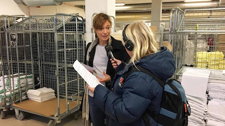 Filippa Armstrong och Karin Modig, miljösamordnare, Västerbottens läns landsting vid textilförrådet under NUS.