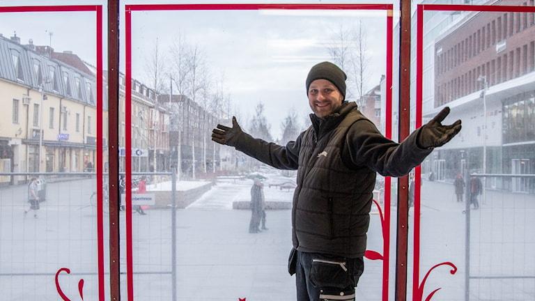 Karl-Johan Paulsson, produktionsledare och platschef för Musikhjälpen 2017, inne i glasburen