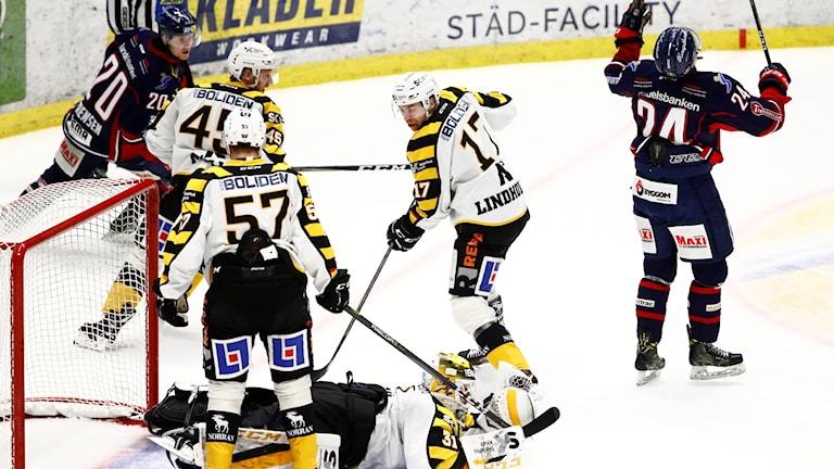 Linköpings Olle Ny förlust för AIK.(höger) reagerar när de missar bra chans som Skellefteås målvakt Joni Ortio räddar under torsdagens ishockeymatch i SHL mellan Linköping HC och Skellefteå AIK i Saab arena.