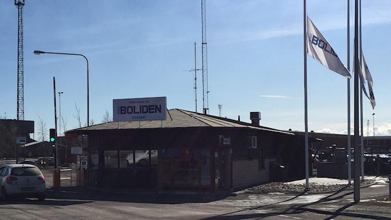 Flaggorna vajar på halvstång på Rönnskärsverken i Skelleftehamn