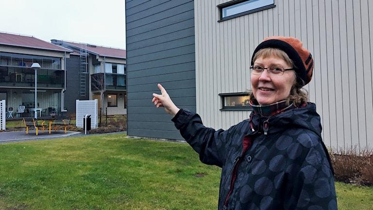 Katarina Hjulman pekar på ett av taken där solpanelerna ska sättas upp.