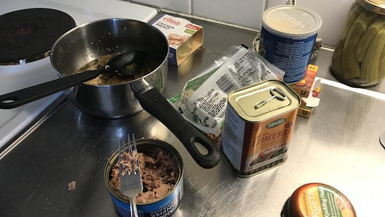 Kul med konserver i köket