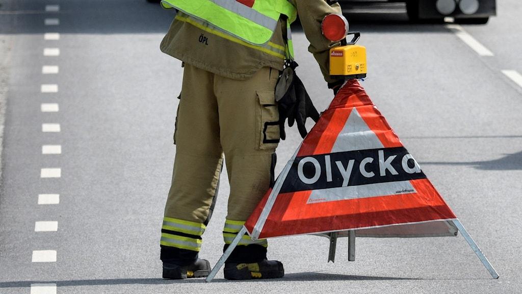 Arkivfoto, brandman sätter upp avspärrning efter trafikolycka.
