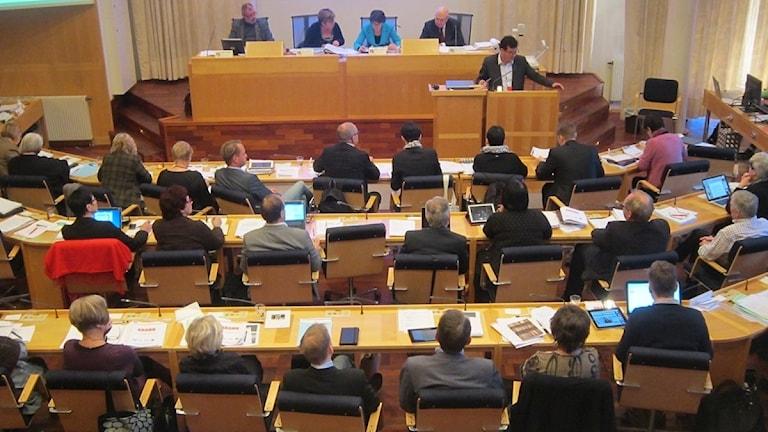 Socialdemokratiske landstingsrådet Peter Olofsson var uppe i talarstolen under landstingsfullmäktiges sammanträde idag. Foto: Mikaela Pallin/Sveriges Radio.