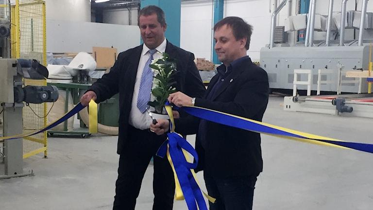 Lorents Burman och platschefen Thomas Bäckström inviger nya loklaer för Solkraft Öst