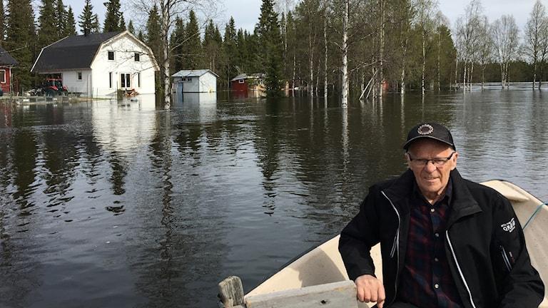 Thed Vilhelmsson måste använda båt om han vill ta sig över tomten.