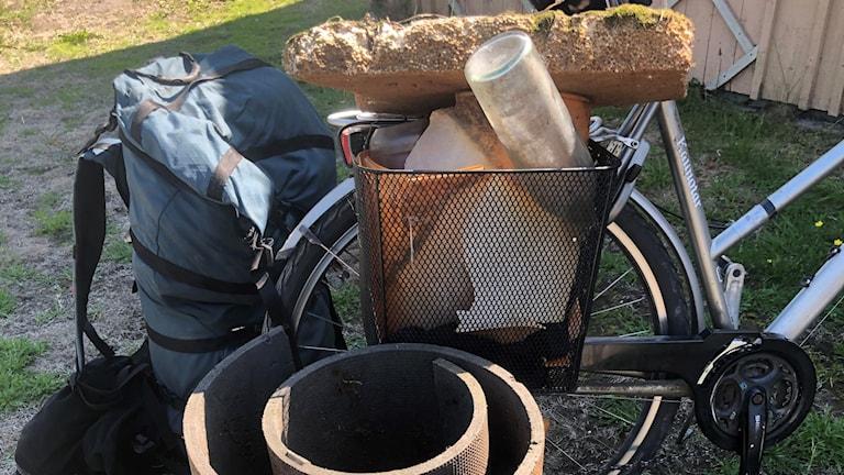 Skräp lastat på en cykel