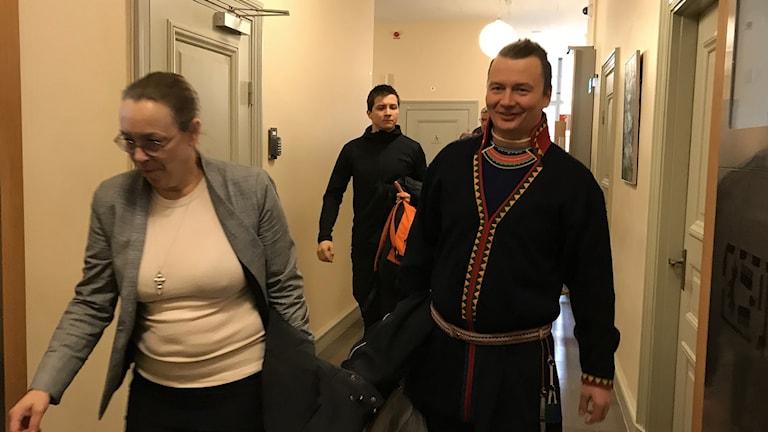SSRs jurist Jenny Wik Karlsson, Ante Baer, Vilhelmina norra och Tobias Jonsson, Grans sameby på väg in i rättssalen.