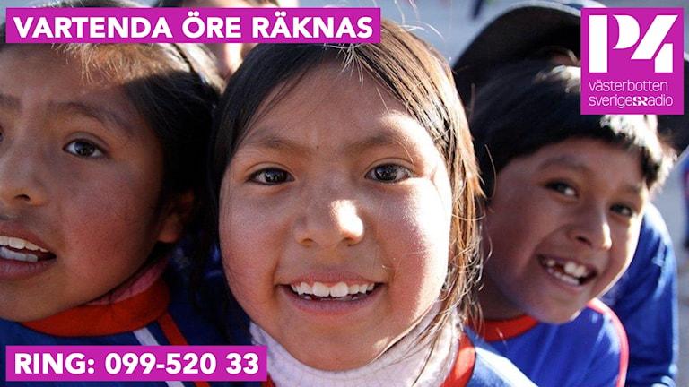 Några barn i Bolivia som ler mot kameran