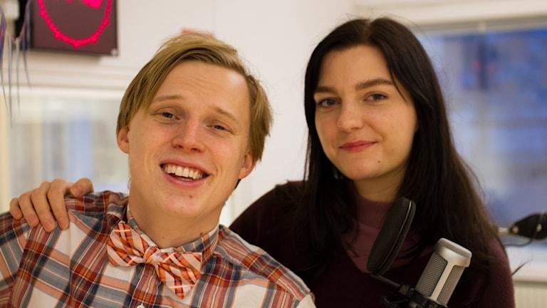 Porträttbild på humorduon Erik Moberg och Tinika Häggström i radiostudion
