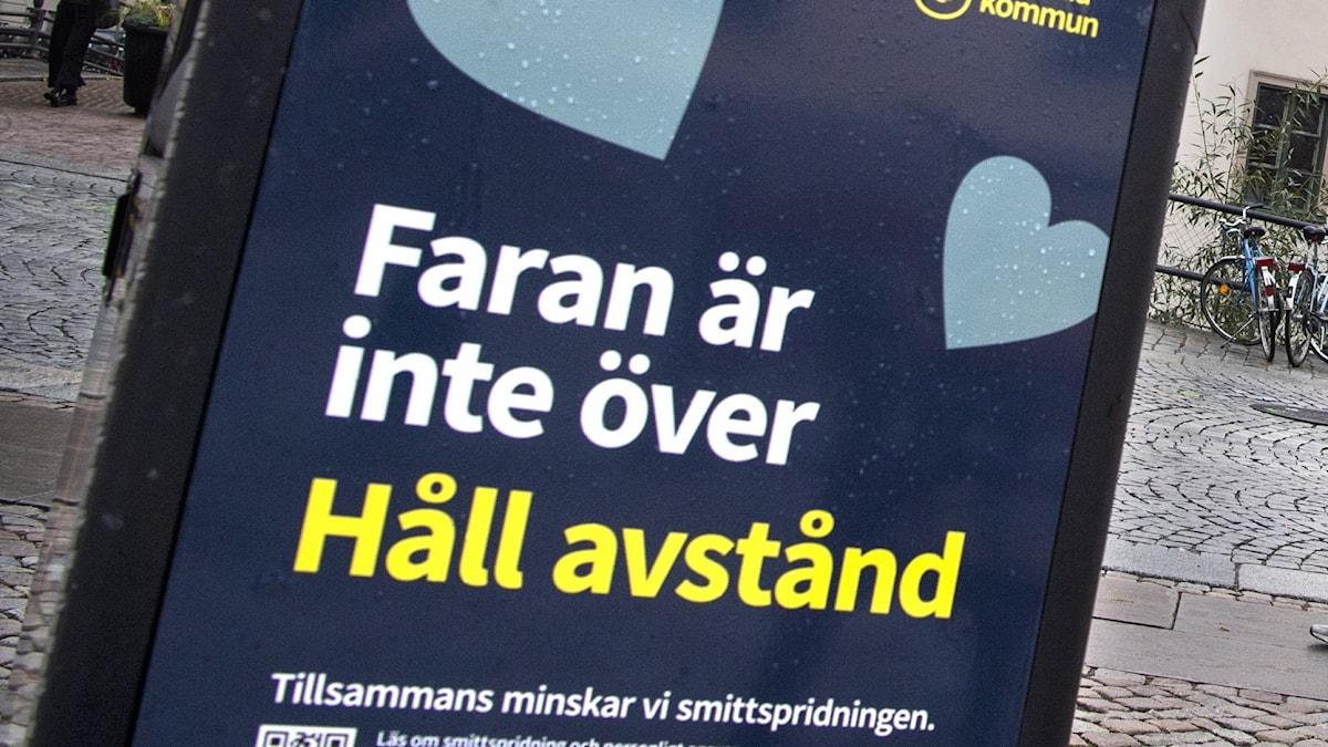 En affisch från Uppsala kommun som uppmanar att hålla avstånd och att faran inte är över när det gäller