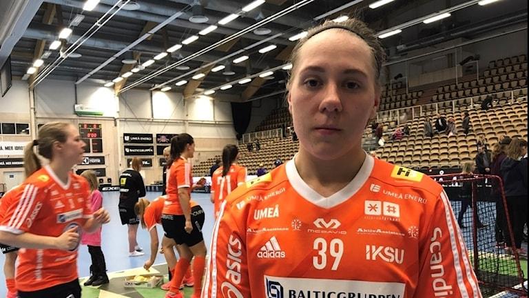 En besviken Sofia Joelsson, efter förlust i innebandyns SM-slutspel. Hennes lagkamrater syns i bakgrunden.