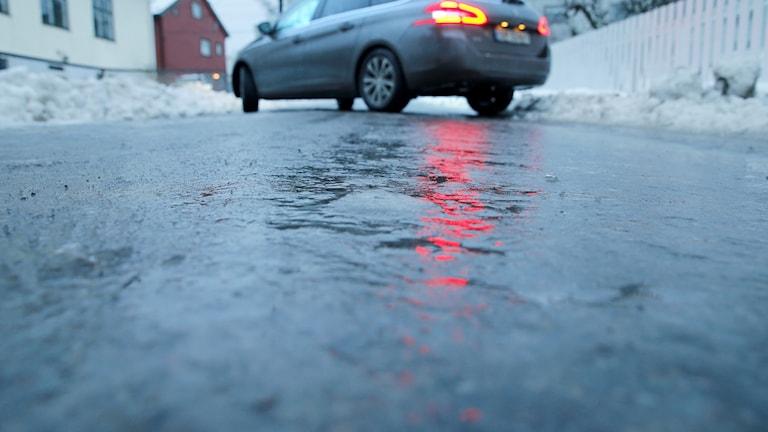 En bil som sladdar på isbelagd väg