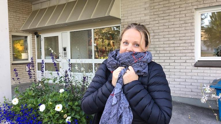 Utanför radiohuset är det höstkyligt, det tycker i alla fall Sophi Eklöf som är resesäljare i Umeå.
