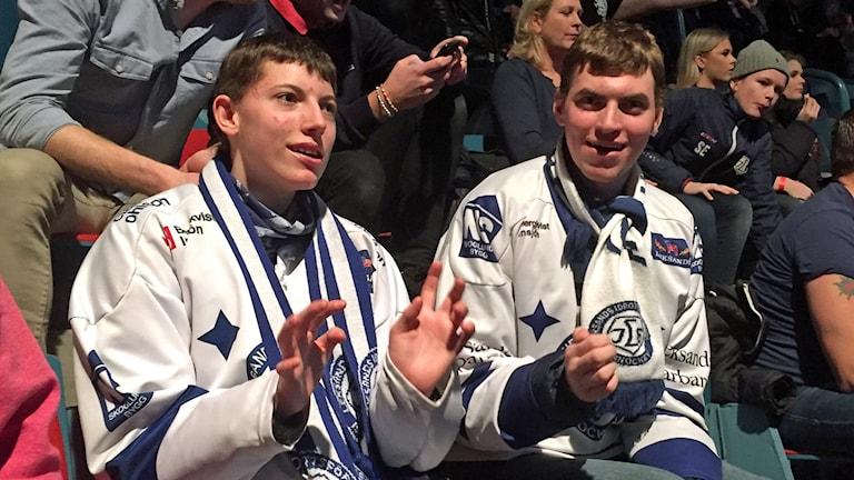 Adam till vänster och Daniel till höger drabbades som barn av en variant av Angelmans syndrom