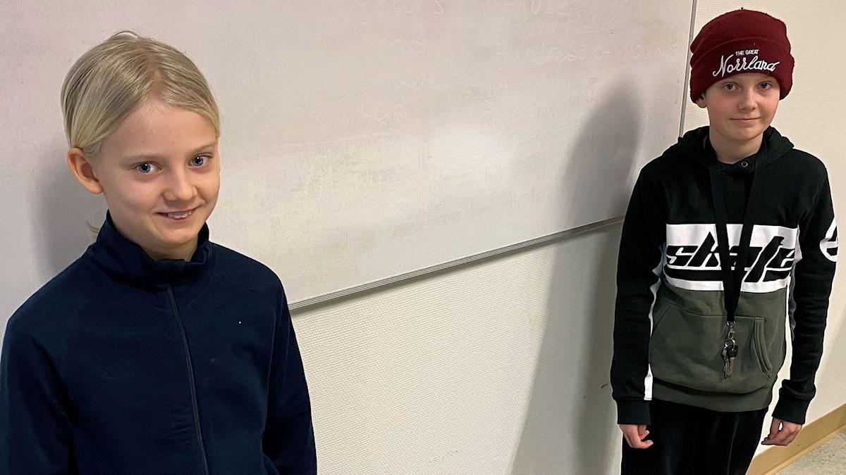 Majken Marklund och Vilgot Marjavaara på coronasäkert avstånd första skoldagen 2021.