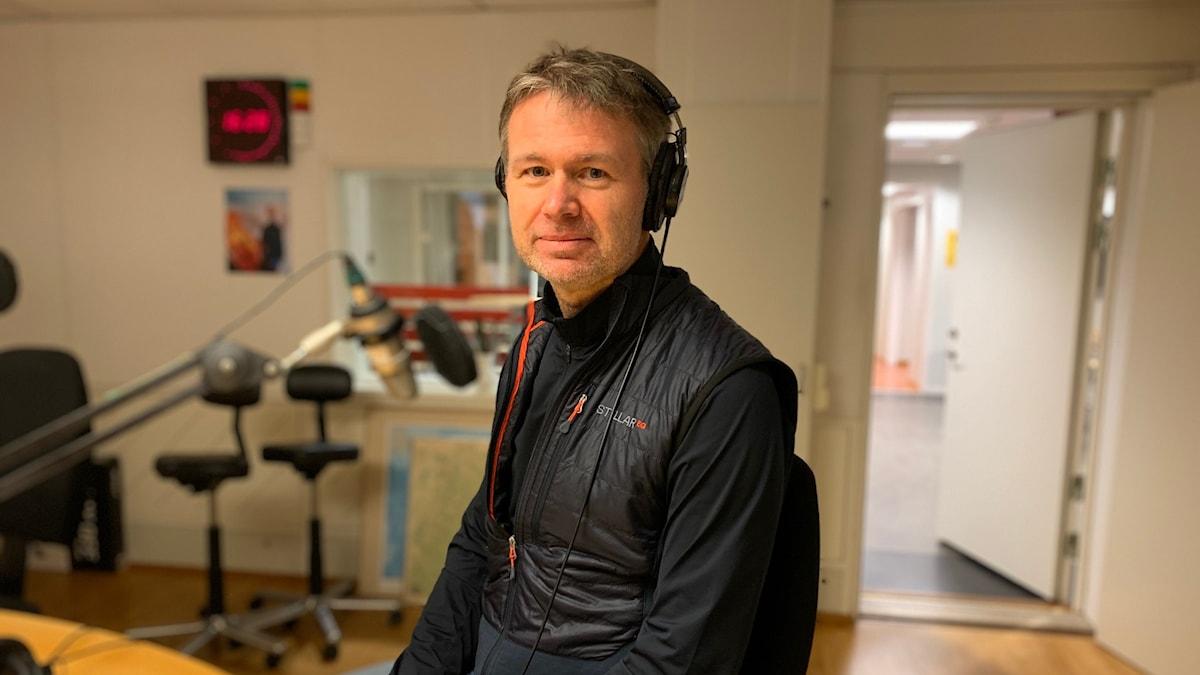 Stephan Stenmark, smittskyddsläkare på Region Västerbotten i radiostudio.