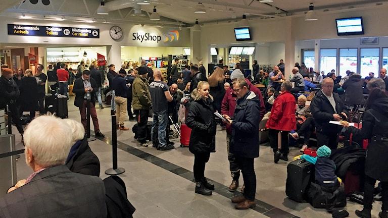 Skellefteå Airport folk som väntar på information vid inställda flyg